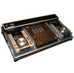Pioneer DJ-Equipment mit Mischpult und zwei CD-Playern und Funkmikrofon