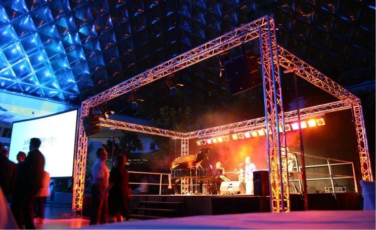 Buehne mieten Wien mit Lichttechnik, Tontechnik sowie sämtlicher weiterer Eventtechnik für Ihre Veranstaltung