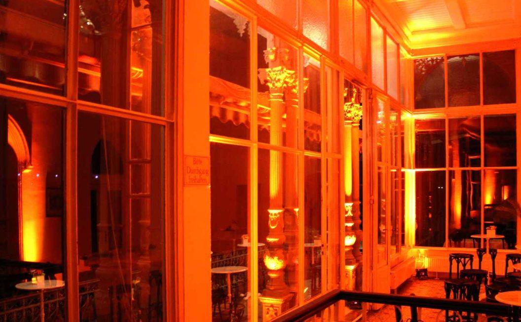 feurige Ambientebeleuchtung und andere Eventtechnik in Raum mit Fenstern