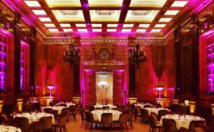 Eleganter Saal mit schöner Beleuchtung und Lichttechnik für hübsches Ambientelicht