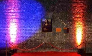 Wanbeleuchtung gemietet mit Bild an der Wand und rotem Teppich