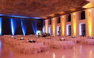 Blaue und gelbe Scheinwerfer an der Wand als Ambientebeleuchtung gemietet bei Gala Dinner