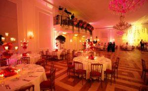 Lichttechnik und Raumbeleuchtung in rosa und gelber Farbe für Veranstaltung in Wien