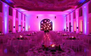 blaue und violette Lichttechnik als Ambientelicht installiert