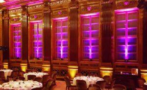 Ambientebeleuchtung in violett an den Fenstern des Raumes
