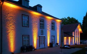 Scheinwerfer an Hausmauer als Ambientebeleuchtung mieten