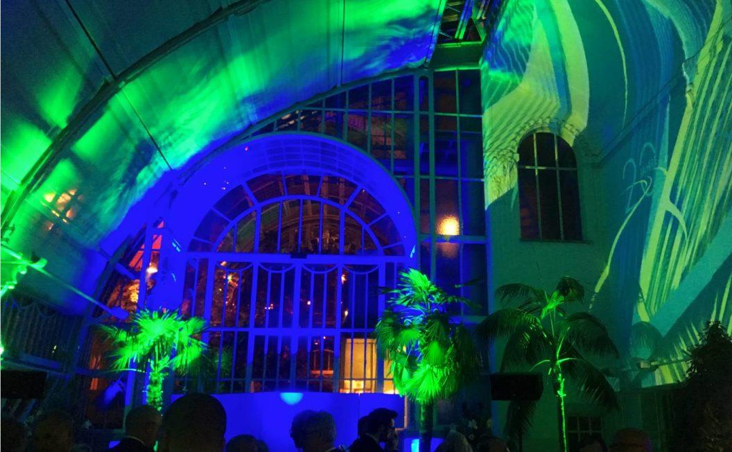 Ambientebeleuchtung in grün und blau bei Veranstaltung mit Eventtechnik