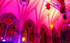 Buntes Ambientelicht an gotischen Fenstern mit Lichttechnik mieten