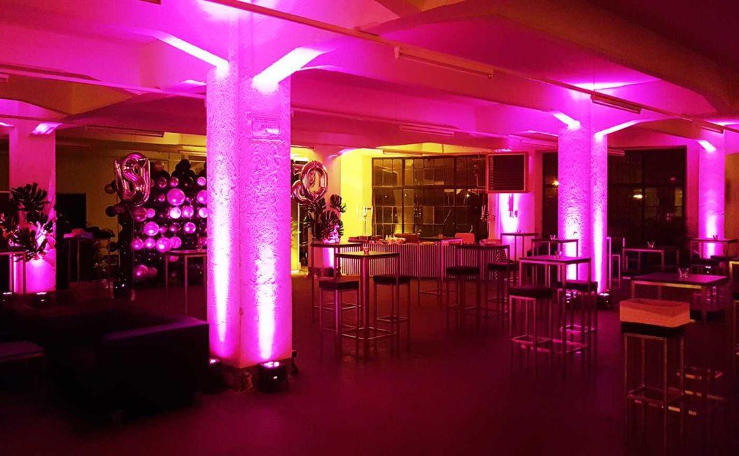 violette Beleuchtung des Raumes für mit stimmungsvollem Ambiente durch Lichttechnik