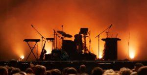 Bühnentechnik für Band auf Bühne vor Hintergrund mit Lichttechnik