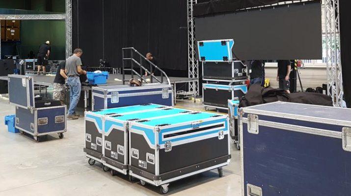 Mitarbeiter beim Aufbau von Eventtechnik aus Cases