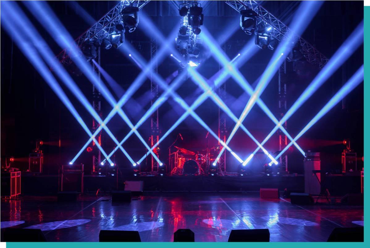 Lichttechnik mit blauen Strahlen und Bühnentechnik die man mieten kann im Vordergrund