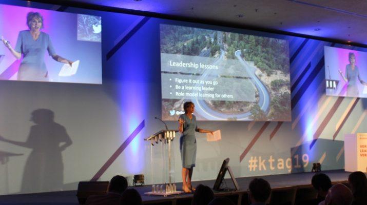 Bühne mit Technik und drei Leinwänden bei Vortrag
