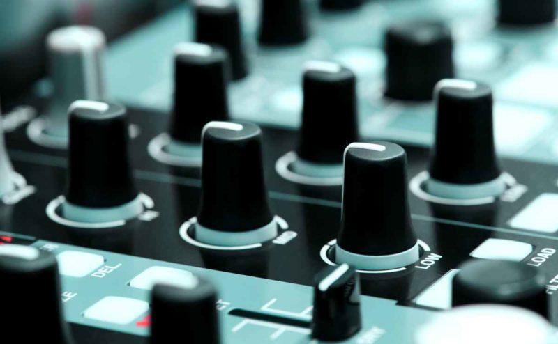 DJ Equipment Mischpult in Nahaufnahme mit Reglern und Knöpfen