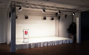 weiße Bühne und Traversen mit Eventtechnik bei Veranstaltung