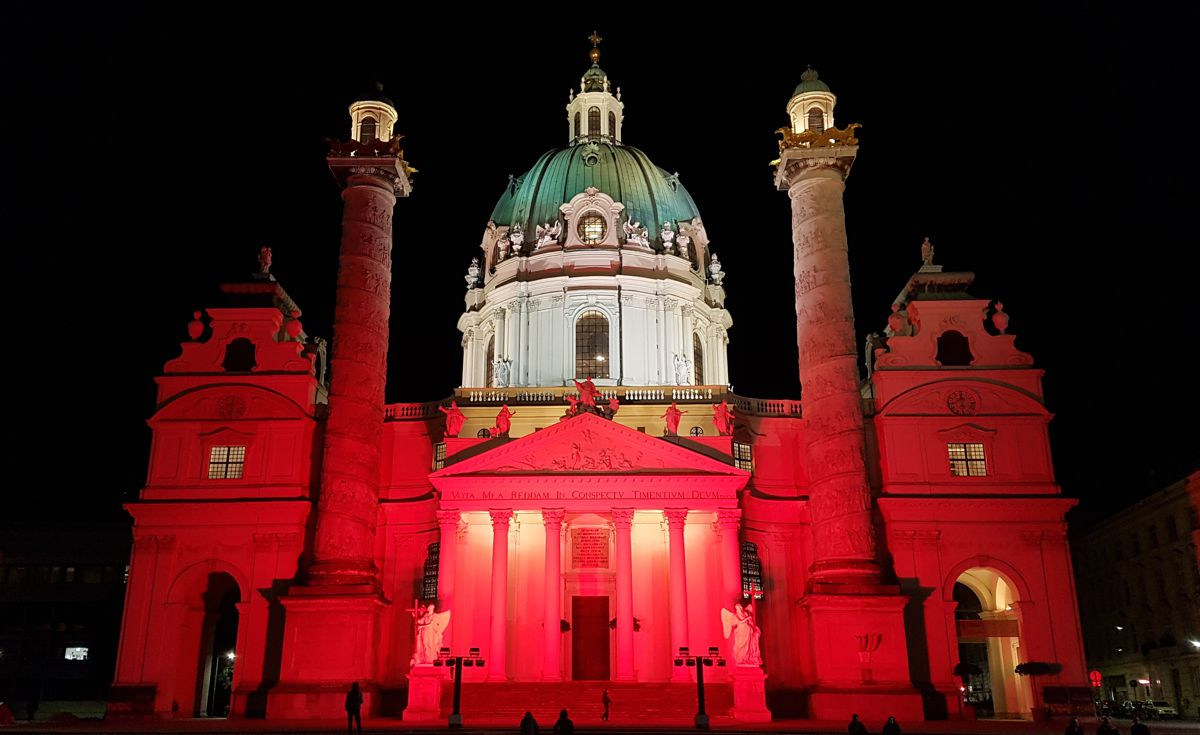 Ambientebeleuchtung in rot gemietet bei Karlskirche Wien