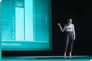 Rednerin mit Präsentation und Konferenztechnik auf einer Bühne in Wien