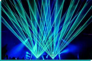Clubbing mit Lichttechnik und Lasershow in blau und grün