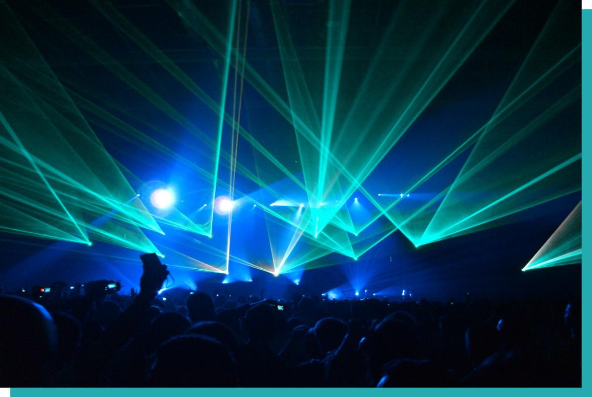 Lichttechnik mieten und Lasershow mit Menschen im Vordergrund