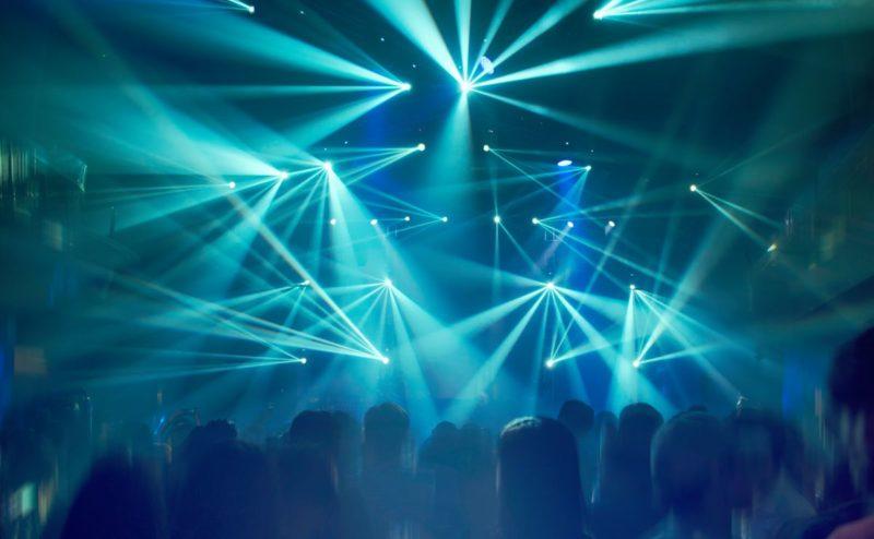 Lichttechnik mit tanzenden Gästen und DJ-Equipment zum mieten