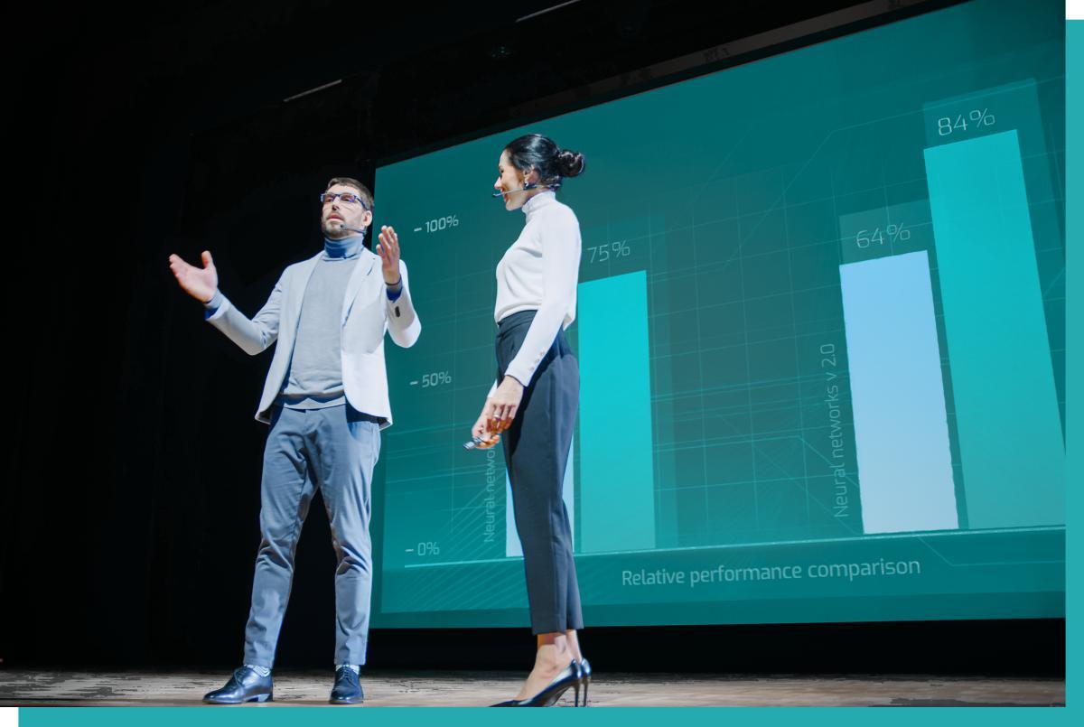 Zwei Personen sprechen über Miete von Veranstaltungstechnik