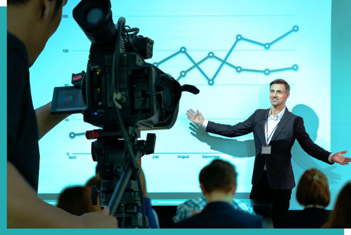 Kamera und Redner bei hybridem online-Event mit Streaming-Technik