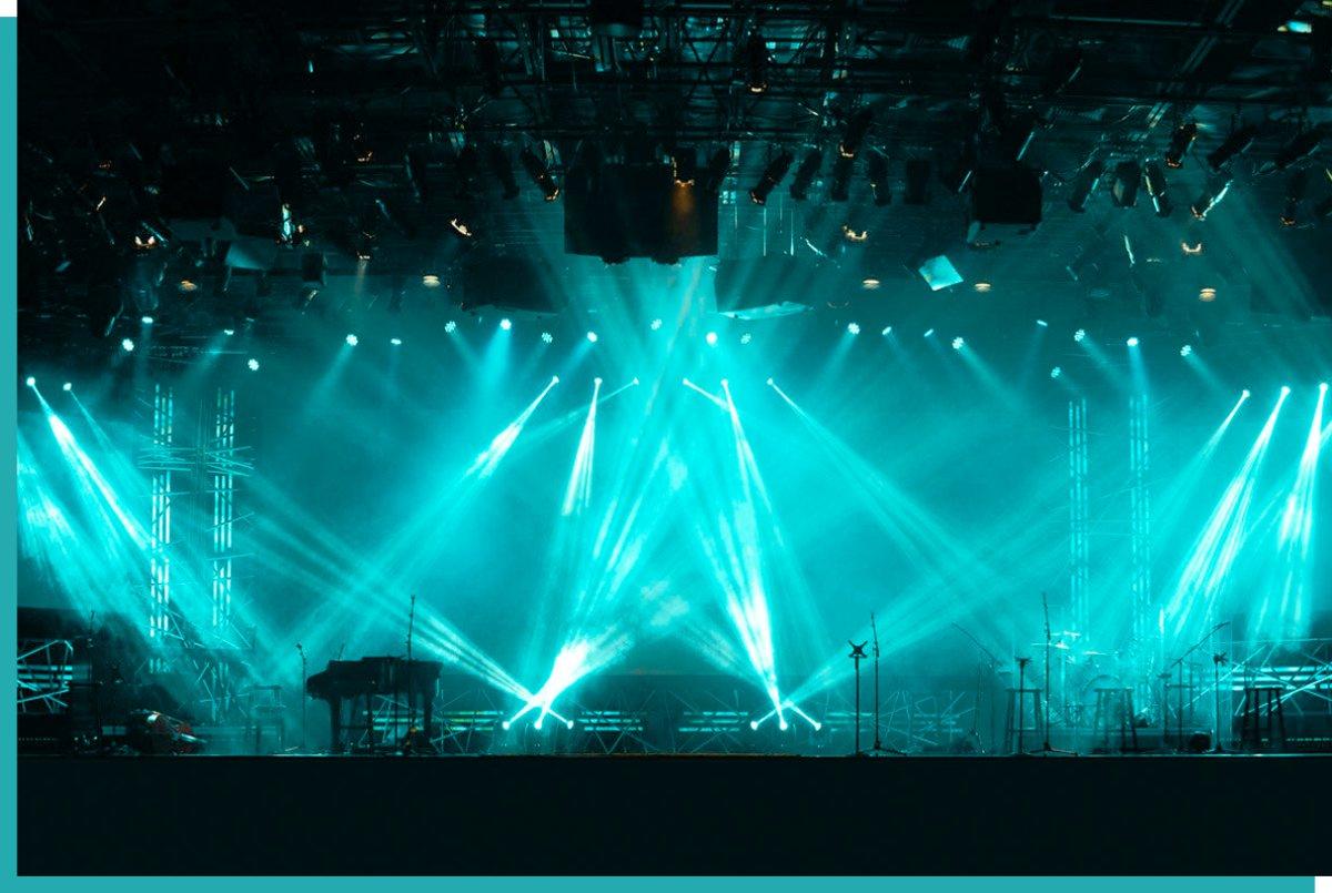 Veranstaltungstechnik mit türkiser Lichttechnik und Lasershow in Wien