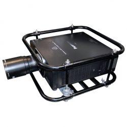Panasonic Zoom-Objektiv ET-D75 LE8 an Beamer in Schrägansicht